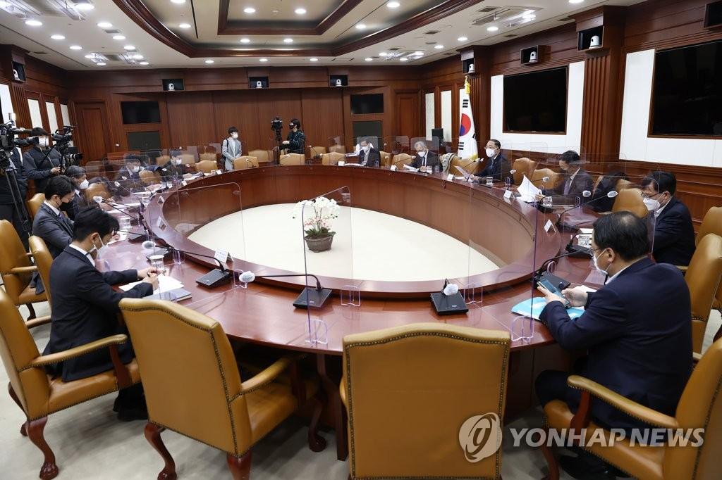 11月27日,在首尔,洪楠基出席研究机构负责人与投资银行专家座谈会。 韩联社
