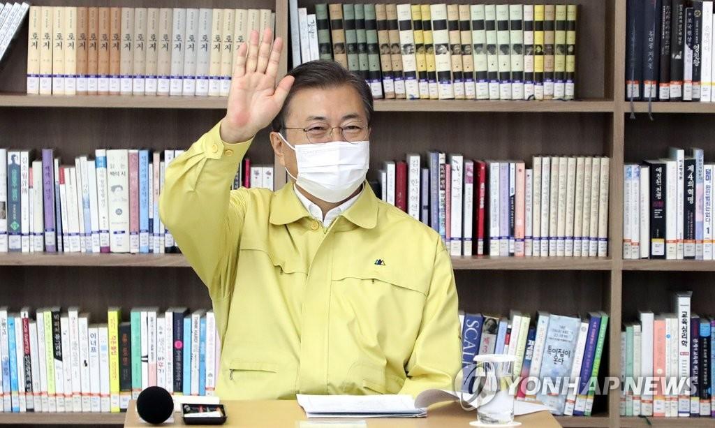 11月29日,在首尔市龙山区五山高中,韩国总统文在寅现场视察2021学年大学修学能力考试(高考)备考工作。图为文在寅在线向考生、监考人员致以问候。 韩联社