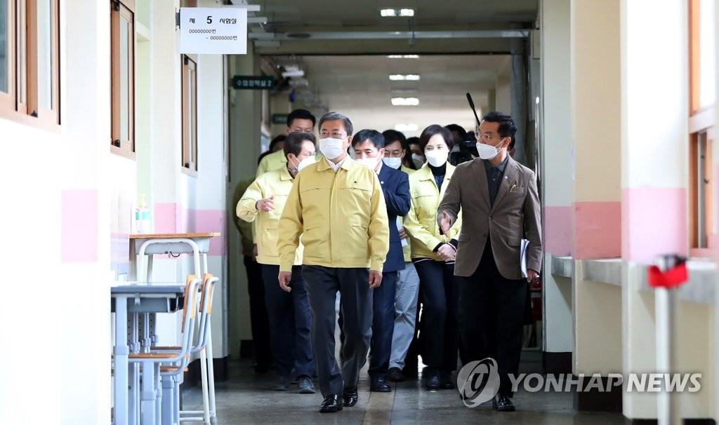 11月29日,在首尔市龙山区五山高中,韩国总统文在寅现场视察2021学年大学修学能力考试(高考)备考工作。 韩联社
