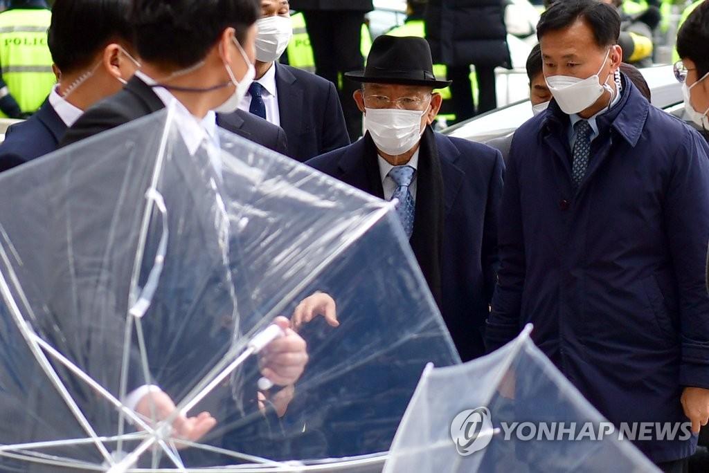 资料图片:2020年11月30日,在光州地方法院,韩国前总统全斗焕(中)准备出庭受审。 韩联社