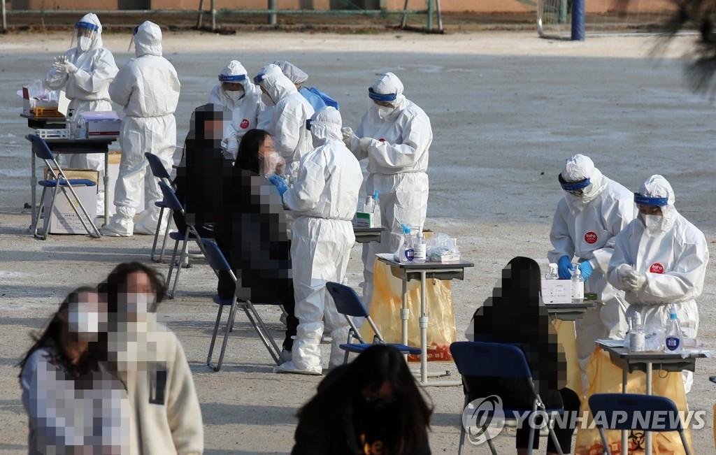 资料图片:图为设在学校的筛查诊所 韩联社