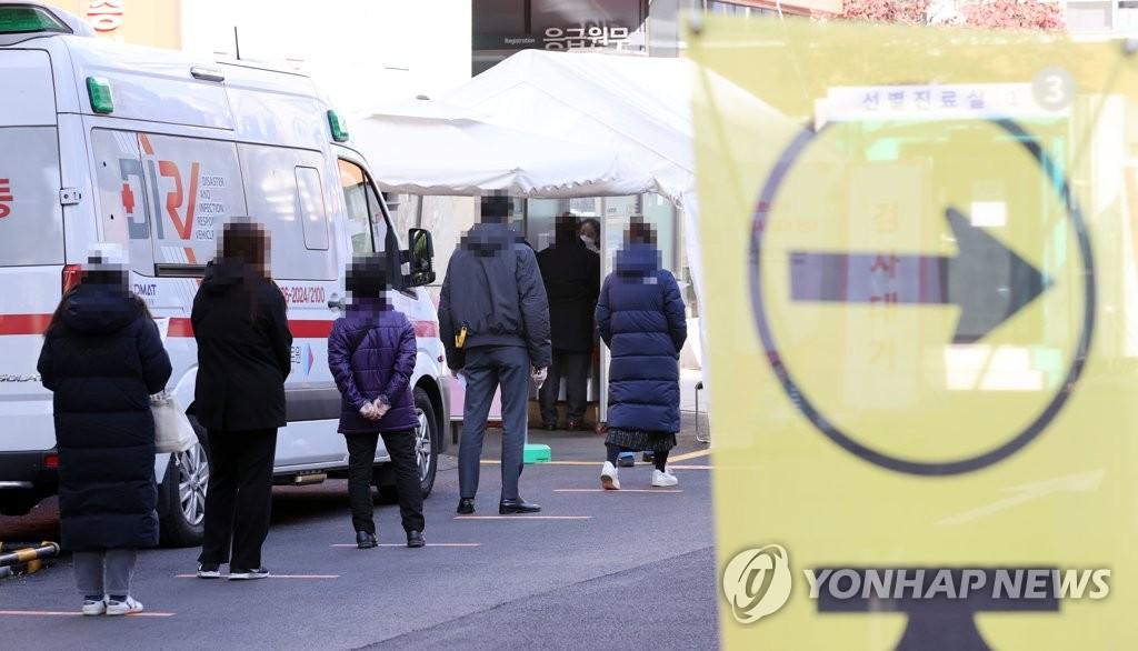 资料图片:市民们排队待检。 韩联社