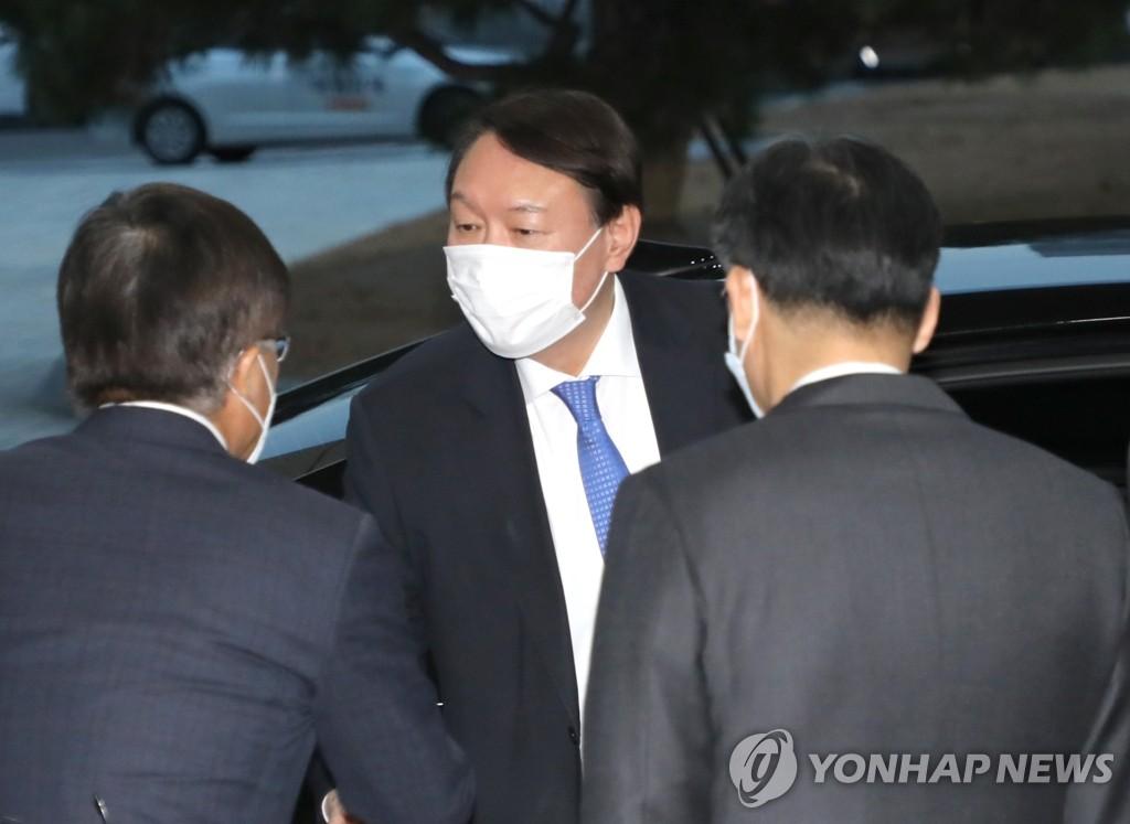 尹锡悦返岗。 韩联社