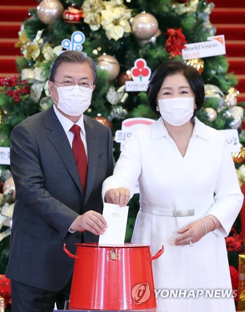 韩国总统夫妇捐款