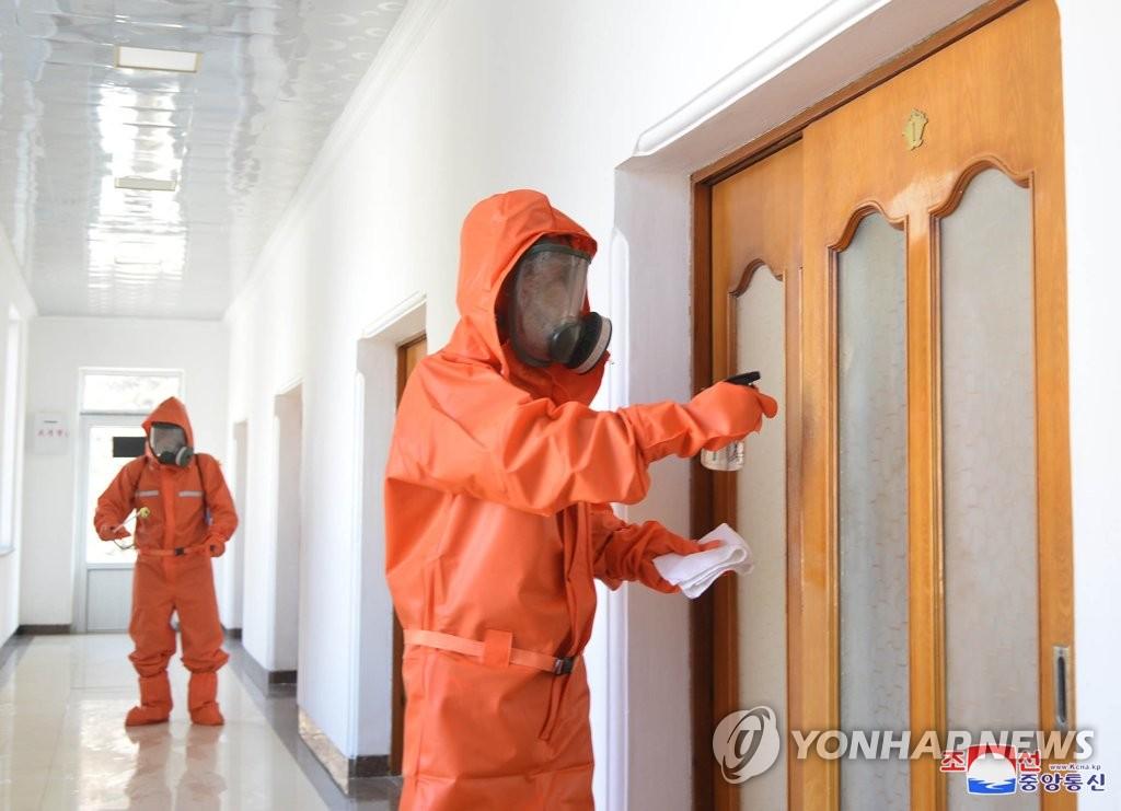 资料图片:朝鲜防疫人员正在实施防疫消毒工作。 韩联社/朝中社(图片仅限韩国国内使用,严禁转载复制)