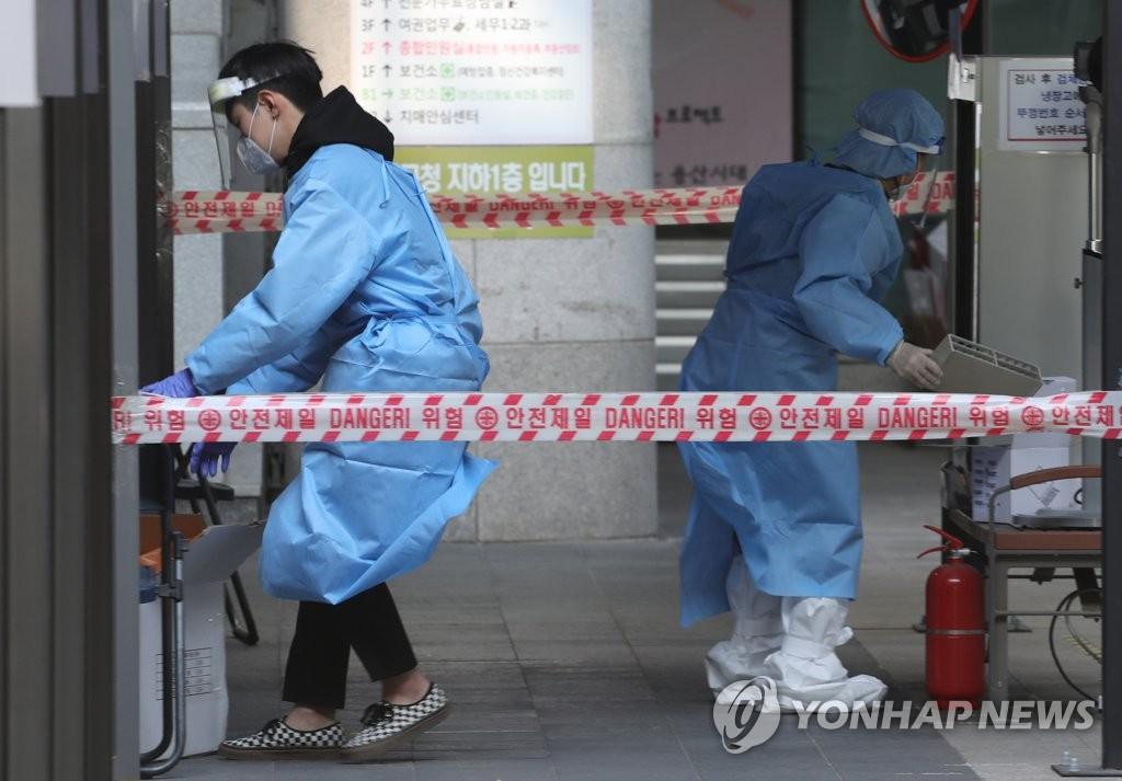 资料图片:12月7日,设在首尔龙山区的筛查诊所一片繁忙。 韩联社