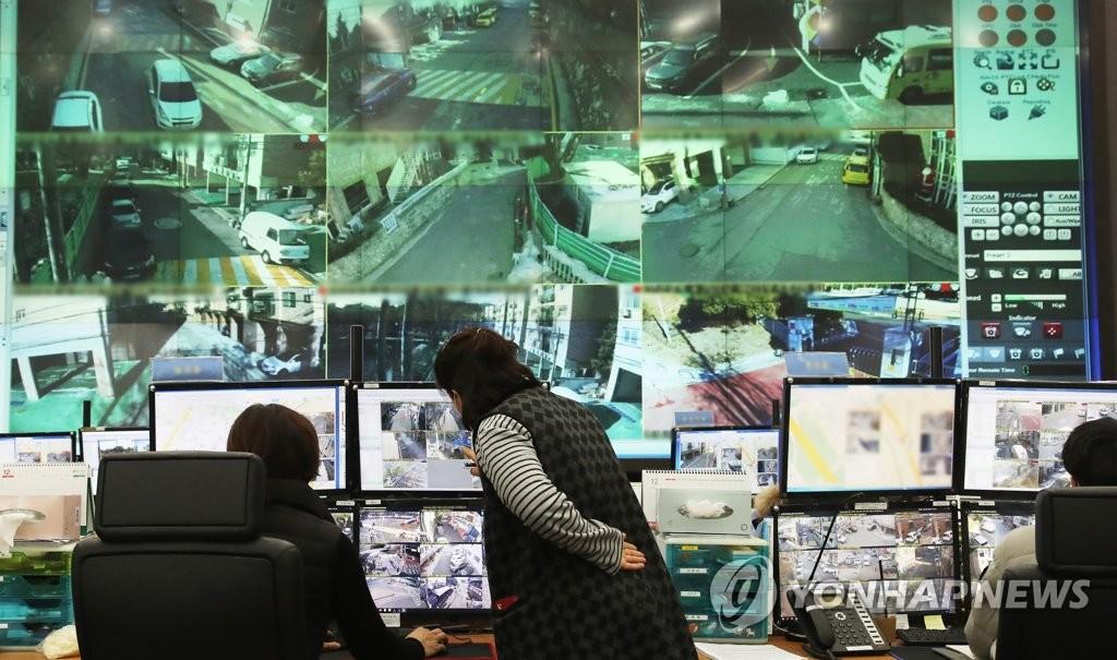 赵斗淳出狱四天前的12月8日上午,在安山市常绿区的城运中心,工作人员实时监控治安情况。 韩联社
