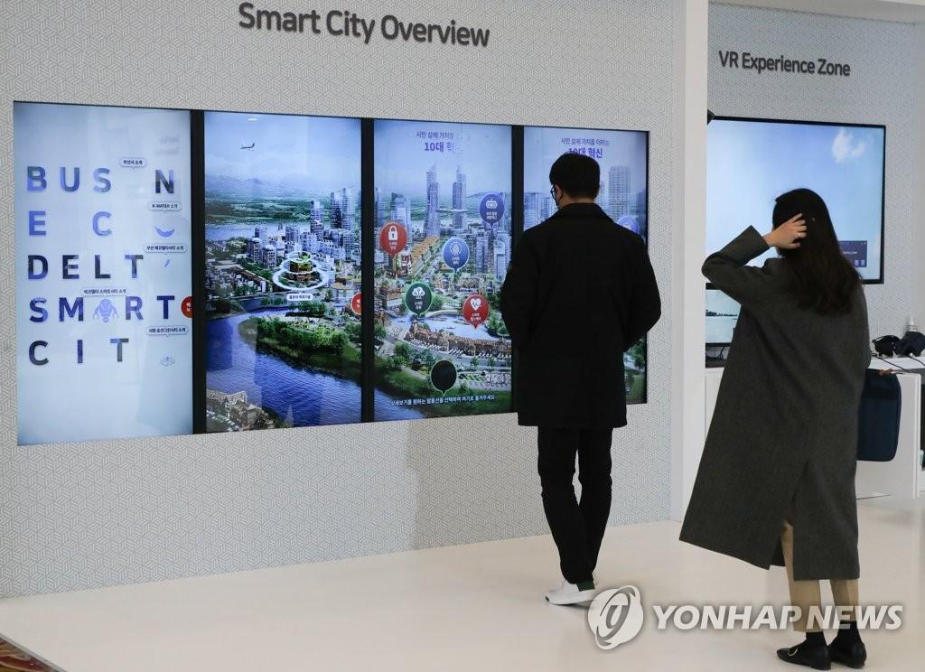 12月10日,2020年全球韩国博览会在首尔The-K酒店举行。与会人士参观展馆。 韩联社