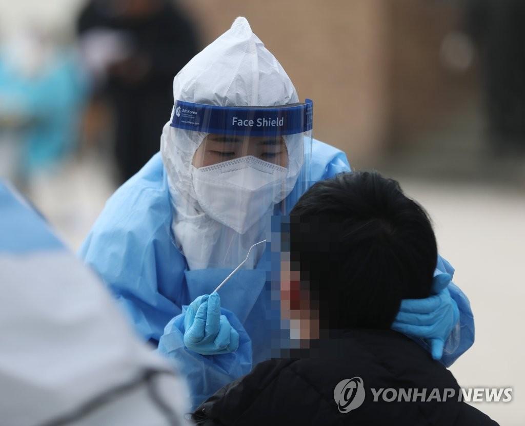 资料图片:12月10日上午,在蔚山市北区一所职业高中的校园,一名学生接受核酸检测采样。 韩联社