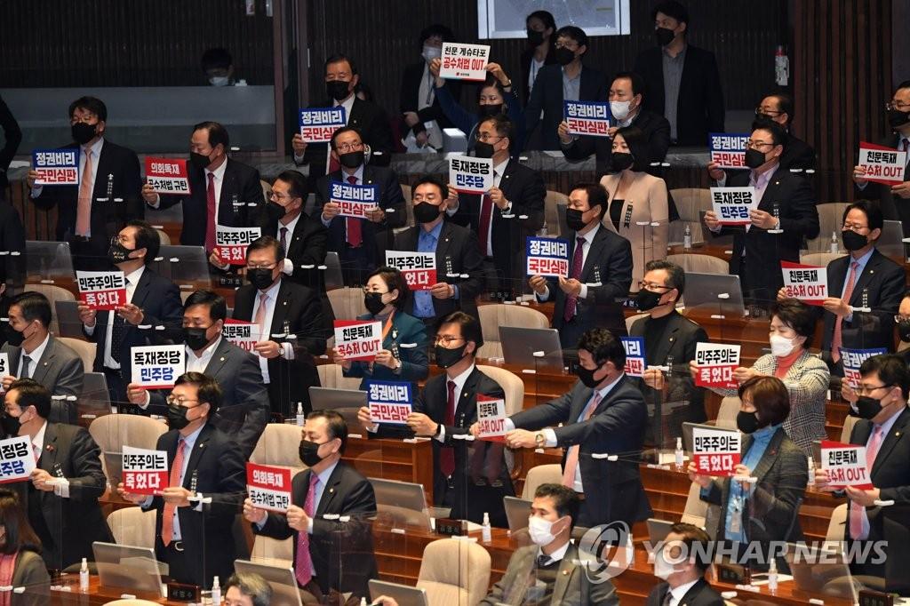 12月10日,韩国国会召开全体会议,以187人赞成、99人反对、1人弃权通过《高级公职者犯罪调查处法》修订案。图为国民力量议员起立表示抗议。 韩联社