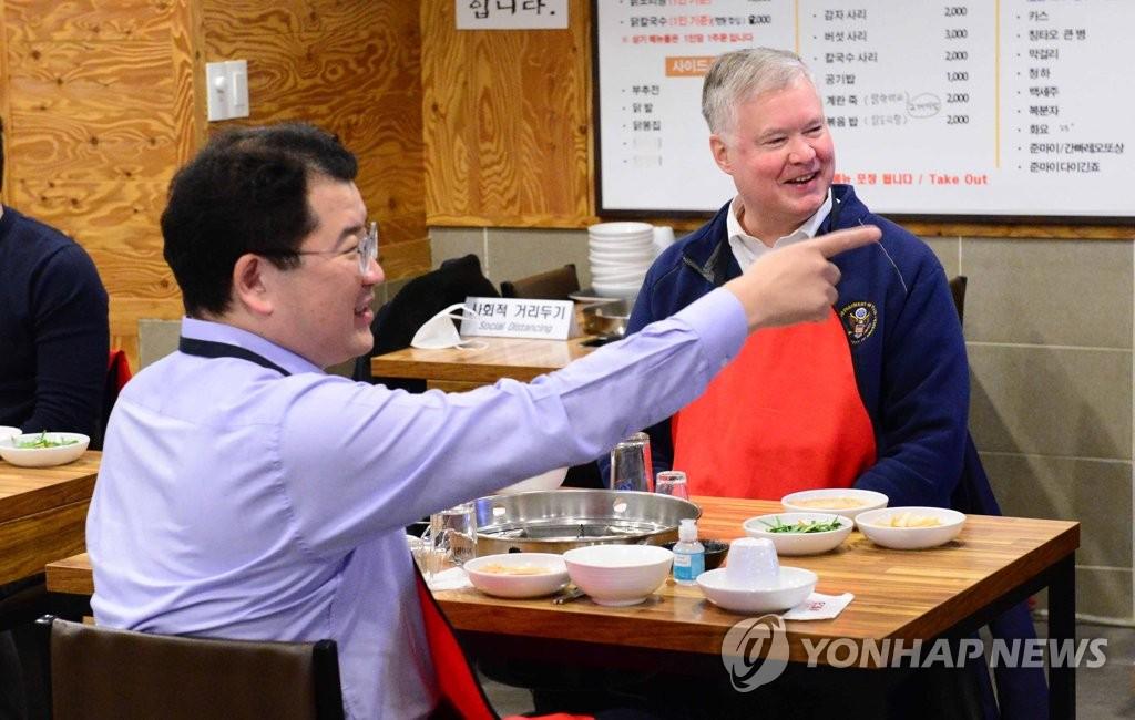 12月10日,外交部第一次官(副部长)崔钟建(左)和比根在首尔光化门一家鸡汤店用餐。 韩联社/外交部供图(图片严禁转载复制)