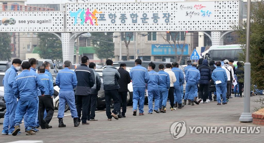 1资料图片:12月11日上午,在庆尚北道浦项市南区的浦项综合运动场,浦项钢铁产业园区入驻单位员工们排队等候接受新冠病毒(COVID-19)检测。浦项市政府近期针对从外地返回或有疑似症状的3400名员工进行检测,以防疫情扩散。 韩联社