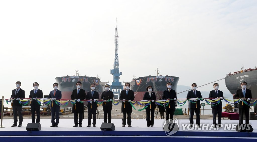 """12月11日,在全罗南道现代三湖重工业,韩国国务总理丁世均(左七)等相关人士出席18万吨级液化天然气(LNG)动力远洋船""""HL ECO""""号和""""HL GREEN""""号的接船暨命名仪式。 韩联社"""