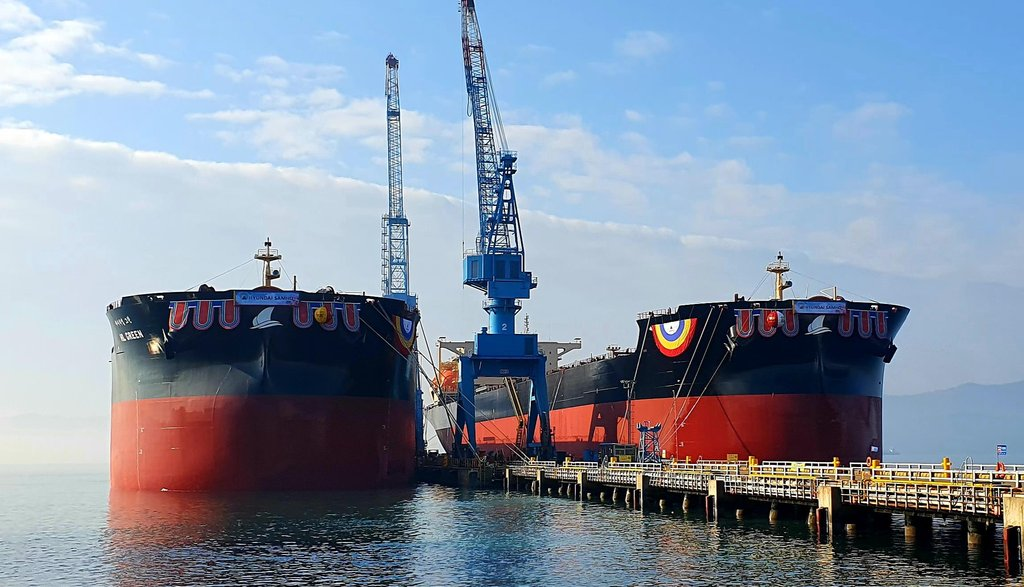 资料图片:现代三湖重工业在全球首次建造的两艘18万吨级液化天然气(LNG)动力远洋船 韩联社/全罗南道政府供图(图片严禁转载复制)