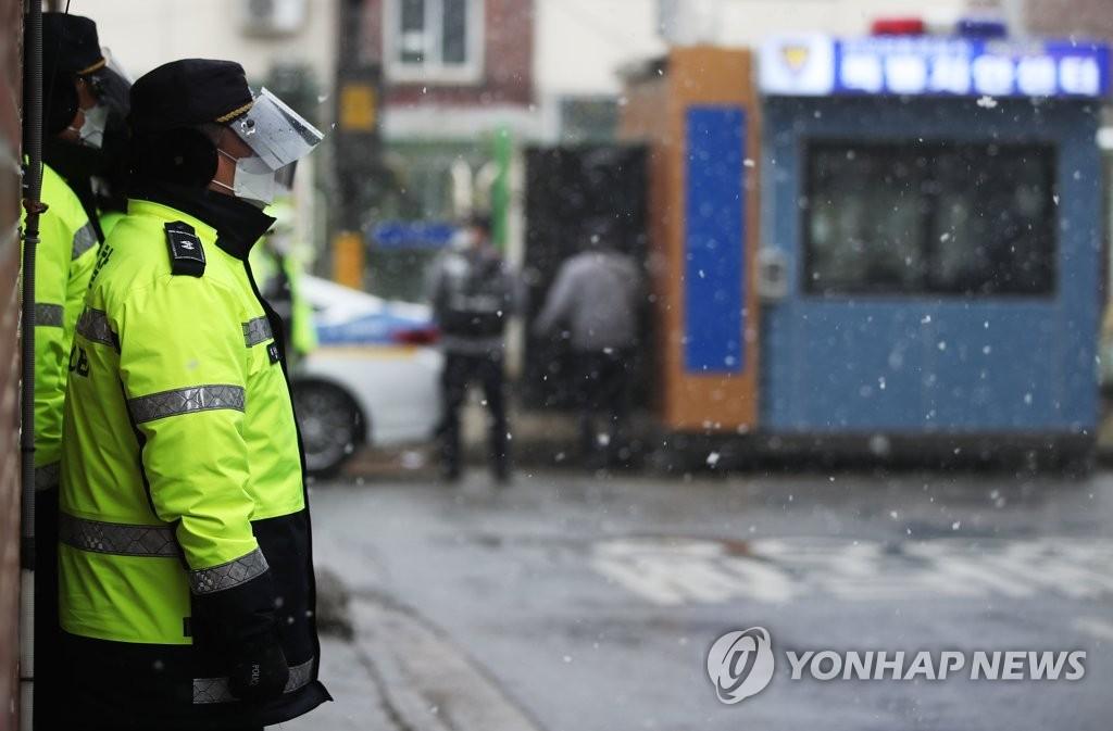 资料图片:警员在赵斗淳家附近执勤。 韩联社