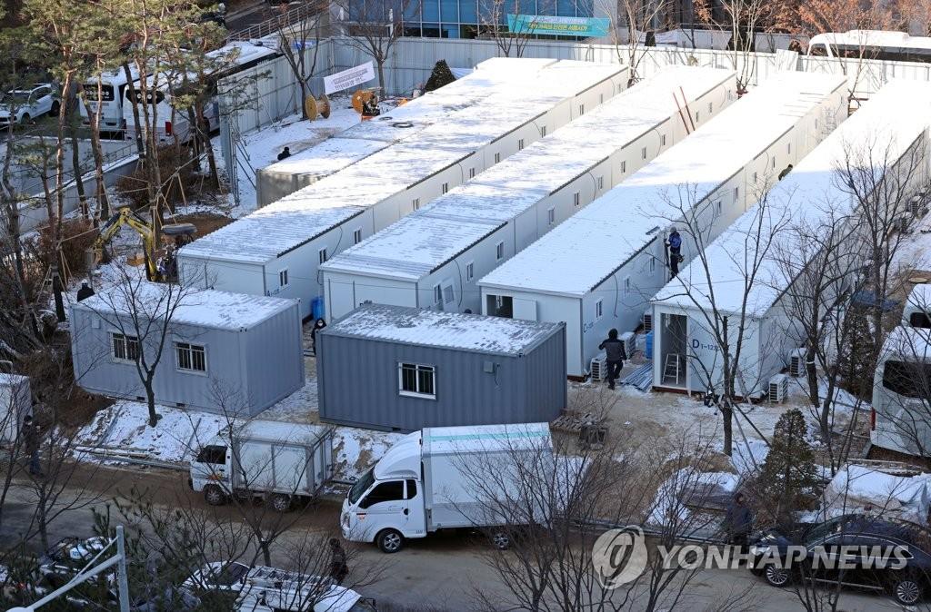 资料图片:设在首尔医疗院的新冠集装箱临时病床 韩联社