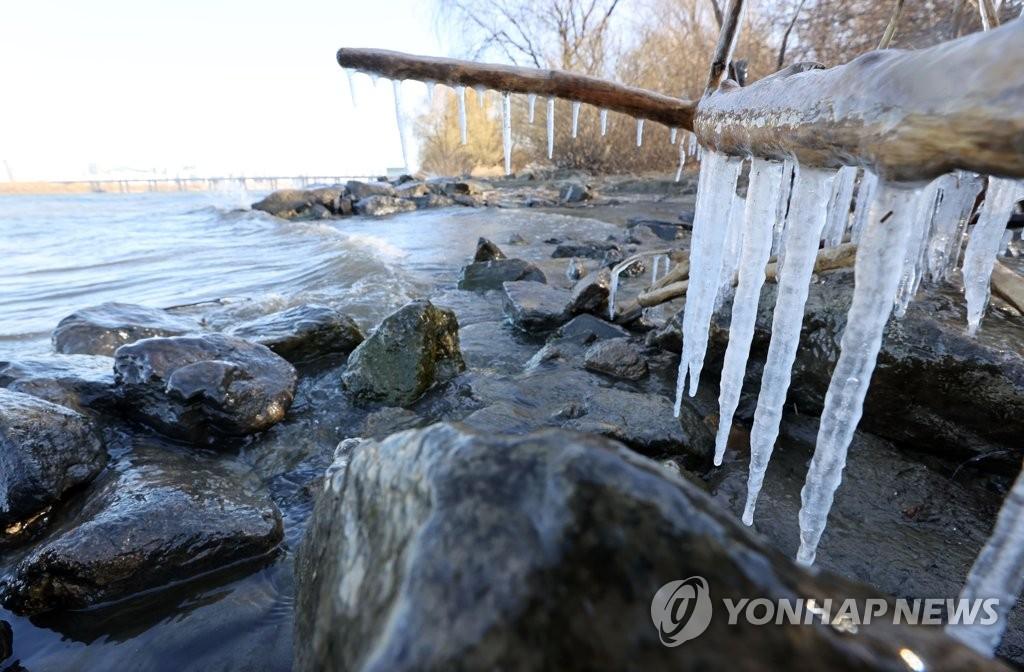 资料图片:汉江冰柱 韩联社