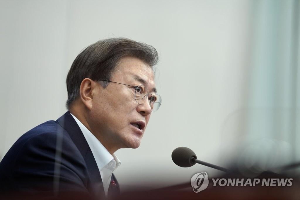 12月14日,在青瓦台,文在寅主持幕僚会议。 韩联社