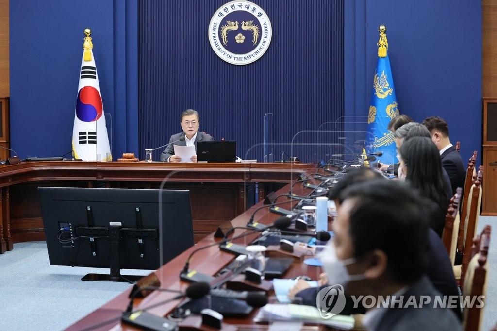 12月15日,在青瓦台,总统文在寅主持国务会议。 韩联社