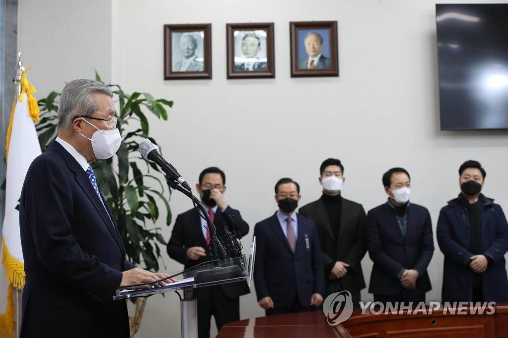 12月15日上午,在位于首尔市汝矣岛的韩国国会,金钟仁就前总统问题道歉,并承诺进行人事革新。 韩联社