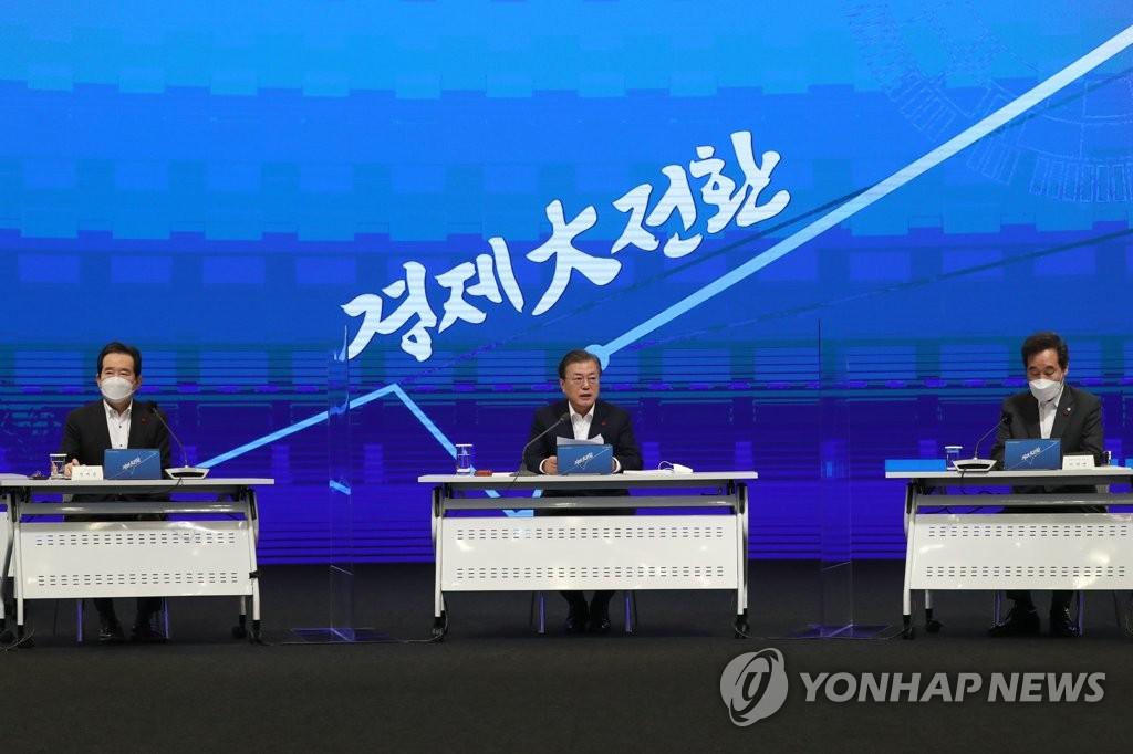 12月17日,在首尔市中区的大韩商工会议所,文在寅主持召开国民经济咨询扩大会议。 韩联社