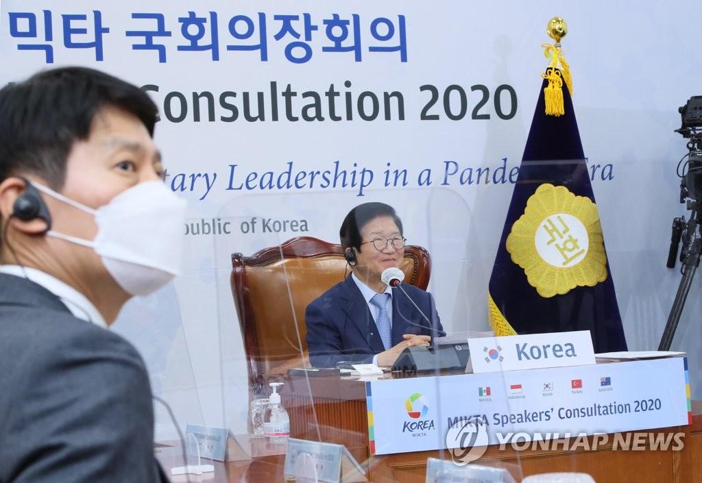 资料图片:12月17日,朴炳锡(右)出席中等强国合作体五国议长视频会议。 韩联社