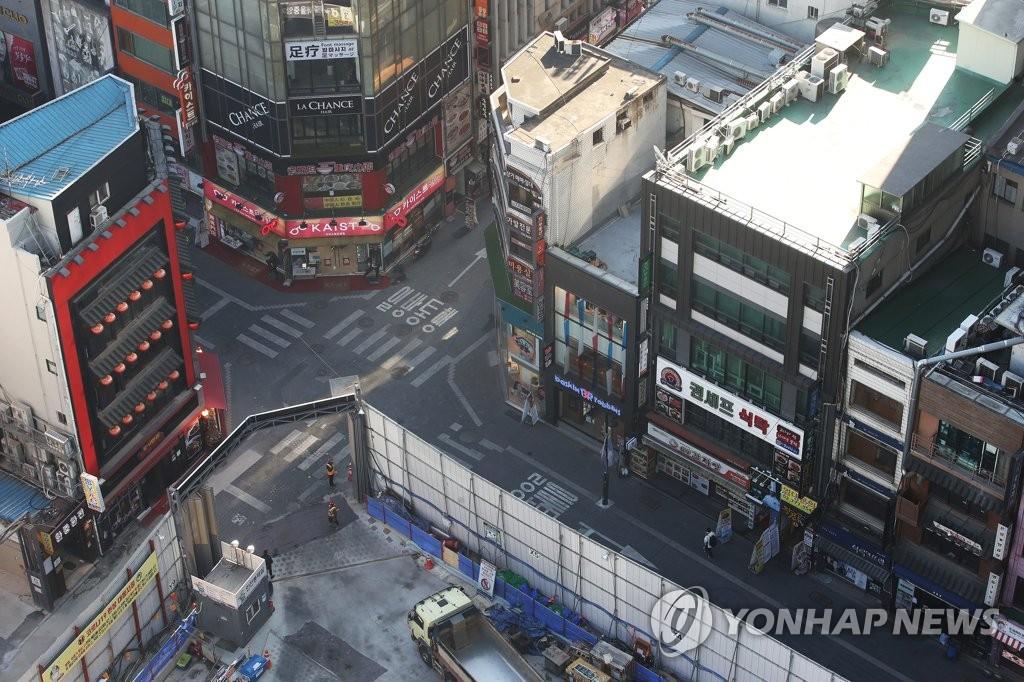资料图片:12月17日,首尔明洞街头一片冷清。 韩联社