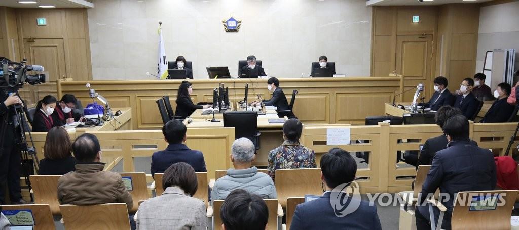 """12月17日,韩国水原地方法院刑12庭日对关于""""华城连环杀人案""""第8起案件进行重审,判处因该案蒙冤入狱20年的尹成汝无罪。 韩联社"""