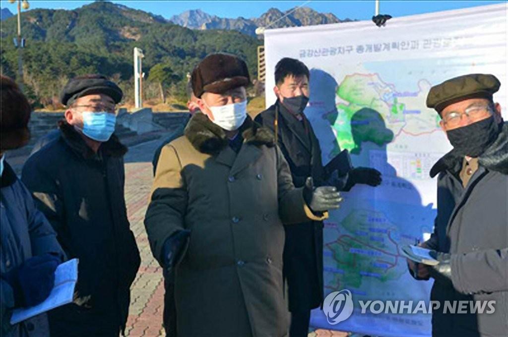 朝鲜内阁总理金德训视察金刚山旅游区