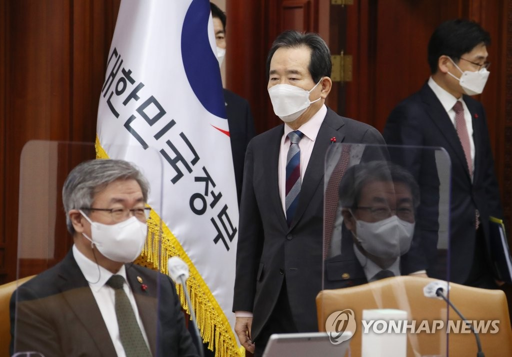 12月24日,在中央政府首尔办公楼,丁世均(左二)出席国政事务检查调整会议。 韩联社