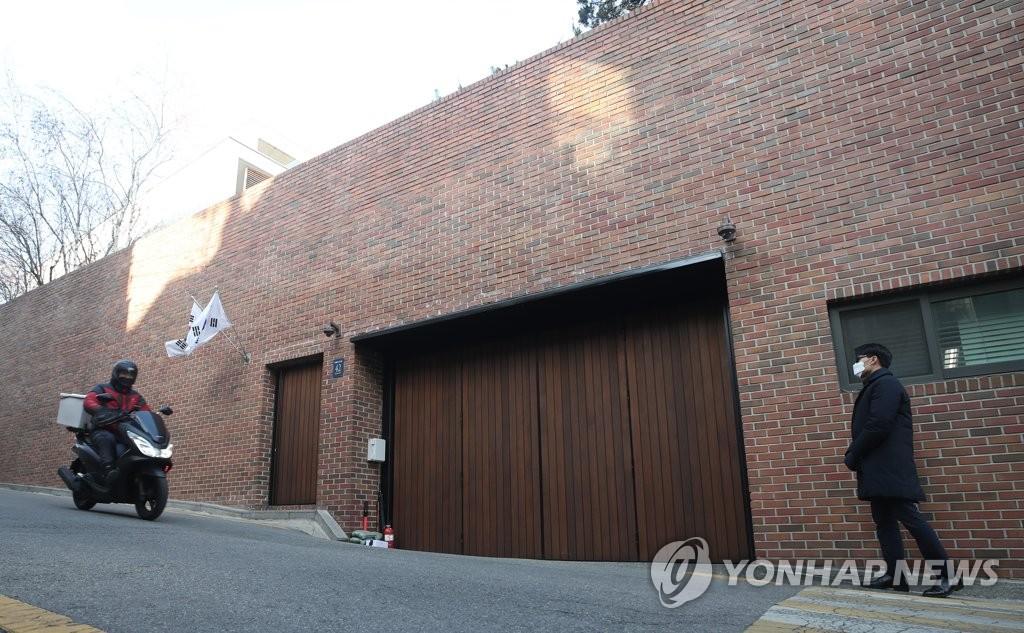 资料图片:这是李明博位于首尔江南区的私宅,图片摄于2020年12月24日。 韩联社