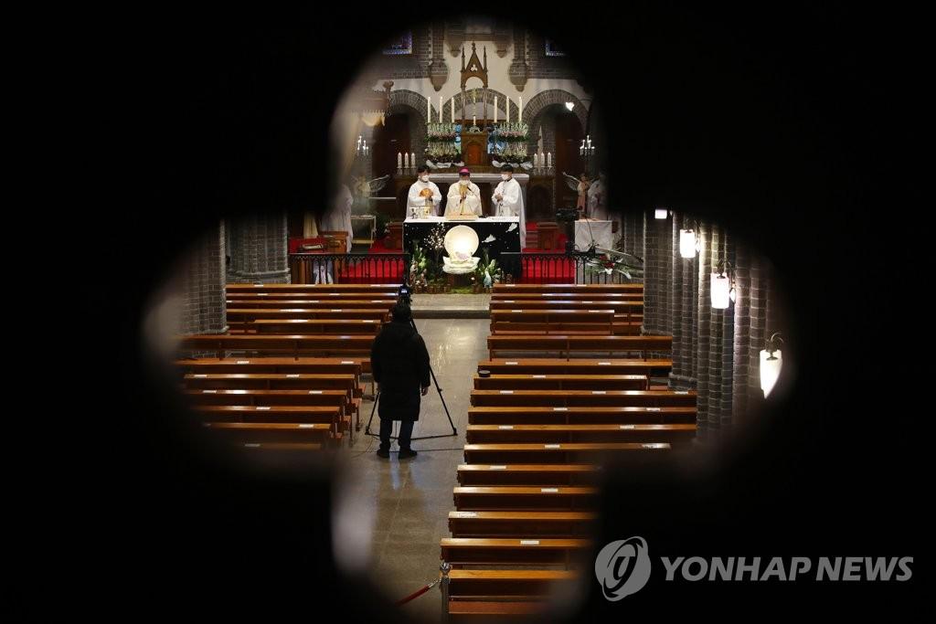 12月25日,在天主教大邱教区的一个教堂,圣诞弥撒在线实况转播。 韩联社