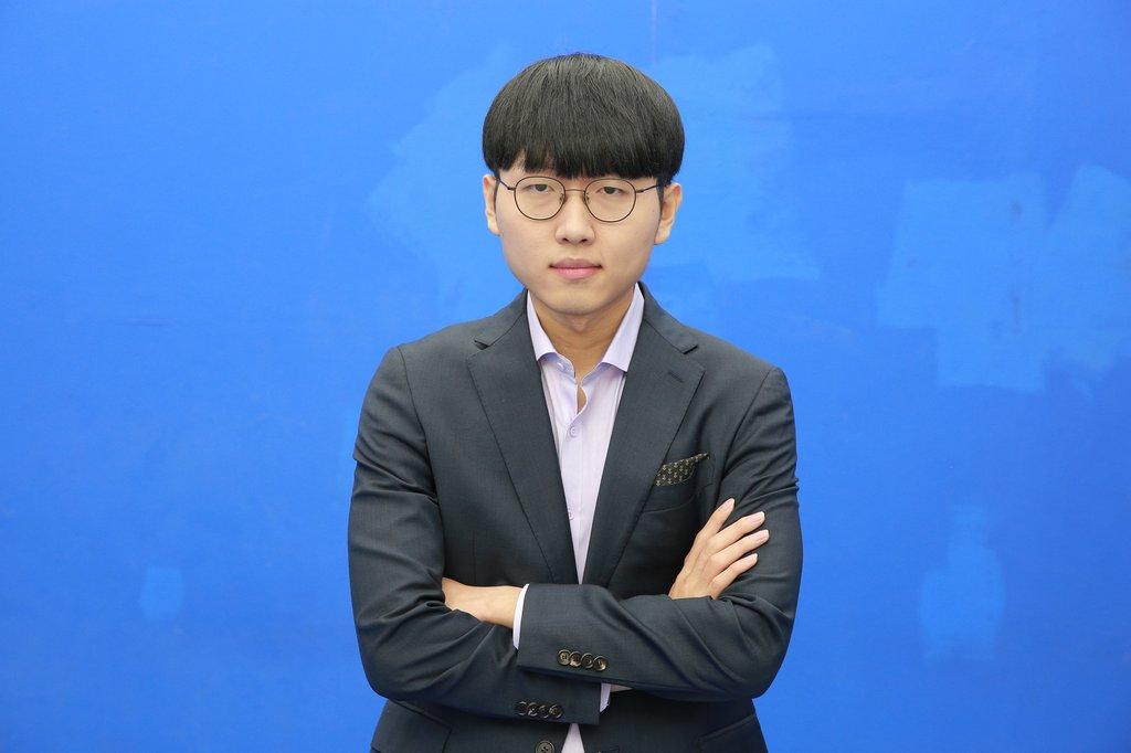 2020年12月29日,韩国棋院表示,日前刷新韩国围棋年度最高胜率纪录的申真谞九段获评2020围棋大奖最佳棋手奖(MVP)。申真谞在围棋记者投票中获得93.55%的票数,在网民投票中获得78.24%的票数,综合得票率88.95%。 韩联社/韩国棋院供图(图片严禁转载复制)