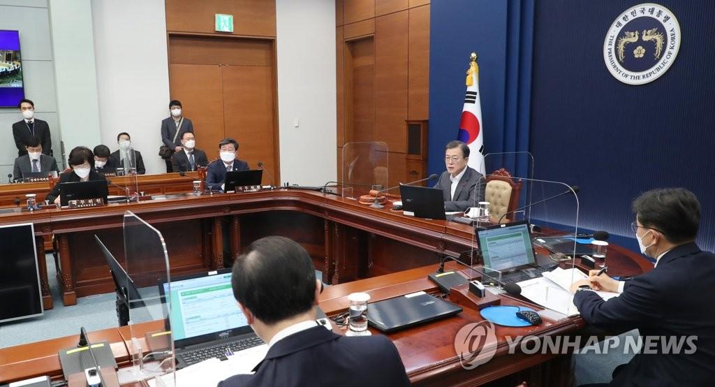 12月29日,在青瓦台,文在寅主持召开国务会议。 韩联社