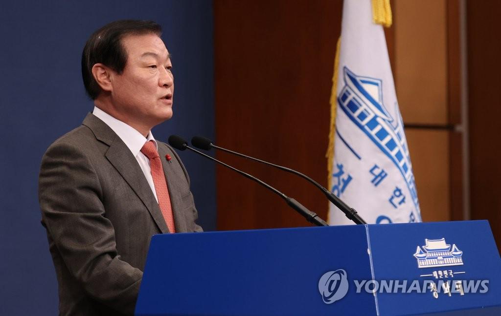 12月30日,韩国青瓦台与民沟通首席秘书郑万昊举行记者会。 韩联社