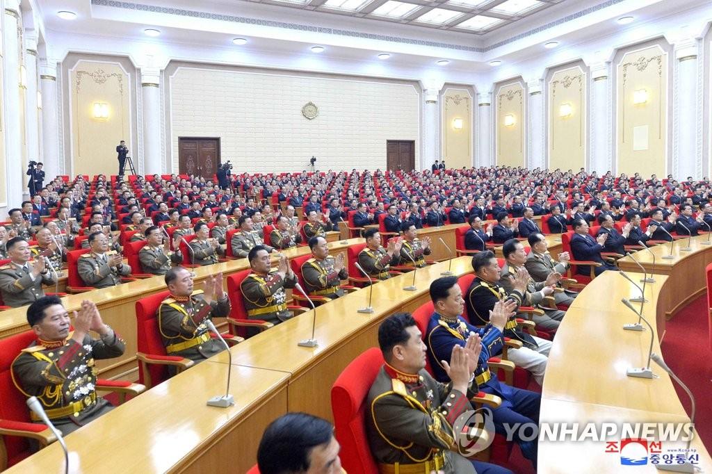 据朝中社12月31日报道,朝鲜劳动党第八次全国代表大会的代表证颁发仪式于30日举行。 韩联社/朝中社(图片仅限韩国国内使用,严禁转载复制)