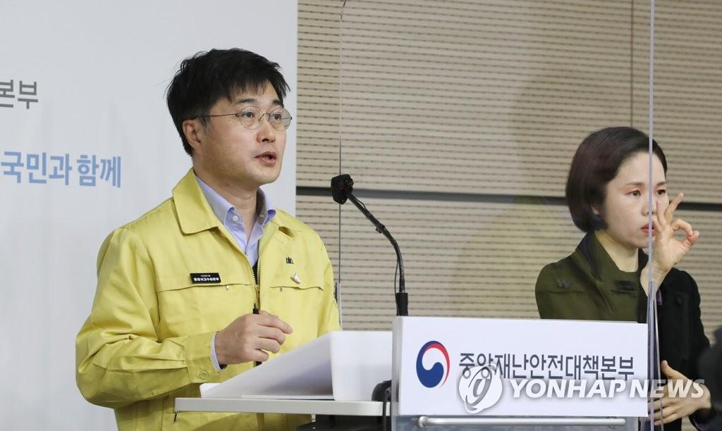 资料图片:尹泰皓答记者问。 韩联社