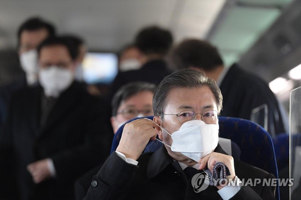 详讯:文在寅新年首个工作日试乘低碳环保高铁