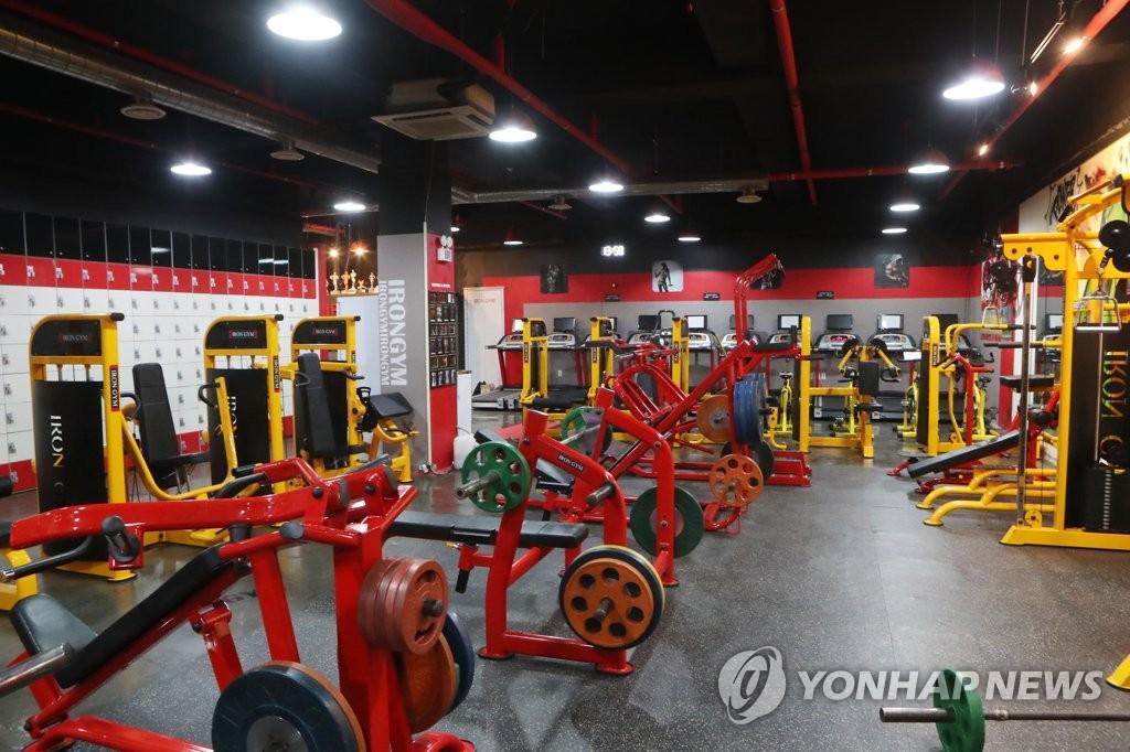 资料图片:等待客人的健身器材 韩联社