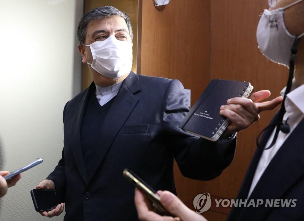 """资料图片:1月5日,韩国外交部召见伊朗驻韩大使沙贝斯塔里,就韩籍运输船""""韩国化学""""(Hankuk Chemi)号前一日在霍尔木兹海峡靠近阿曼一侧的海域航行时被伊朗伊斯兰革命卫队扣留一事提出抗议。图为沙贝斯塔里抵达外交部大楼后答记者问。 韩联社"""