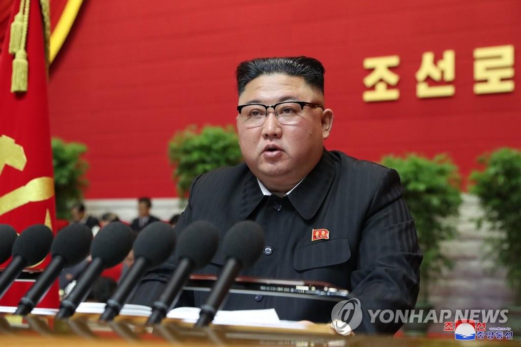 据朝中社1月6日报道,朝鲜劳动党第八次全国代表大会5日在平壤开幕。图为国务委员会委员长金正恩在会上发表讲话。 韩联社/朝中社(图片仅限韩国国内使用,严禁转载复制)