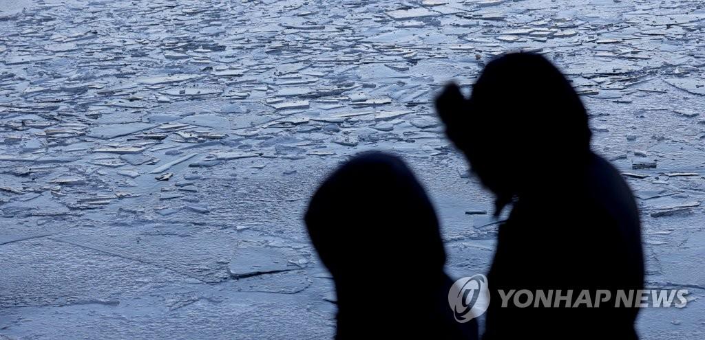 资料图片:江面结冰 韩联社
