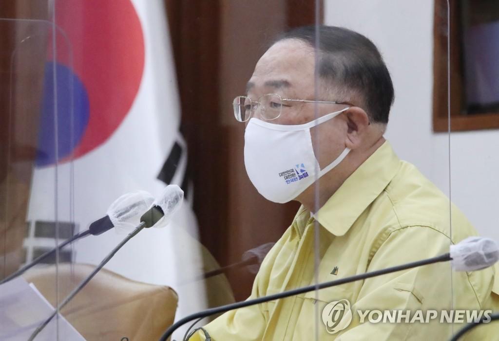 资料图片:经济副总理兼企划财政部长官洪楠基 韩联社