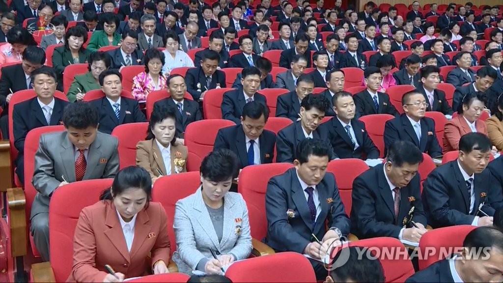 朝鲜中央电视台1月6日报道朝鲜劳动党第八次全国代表大会5日在平壤开幕。图为与会人士做笔记。 韩联社/朝鲜央视画面截图(图片仅限韩国国内使用,严禁转载复制)