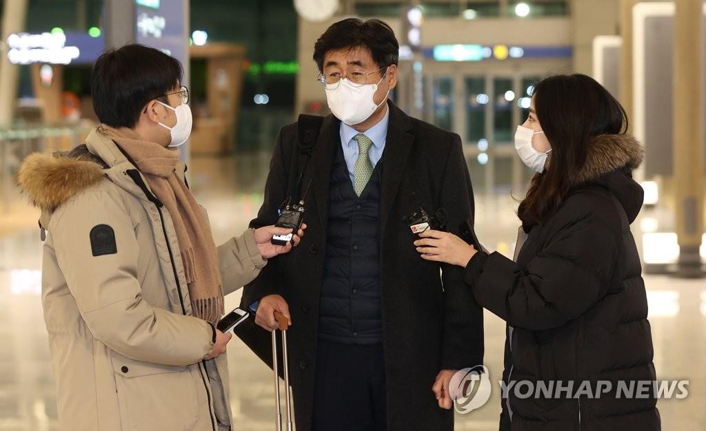 资料图片:1月6日晚,在仁川机场,韩国政府谈判团团长高炅锡启程赴伊前接受记者采访。 韩联社(图片严禁转载复制)