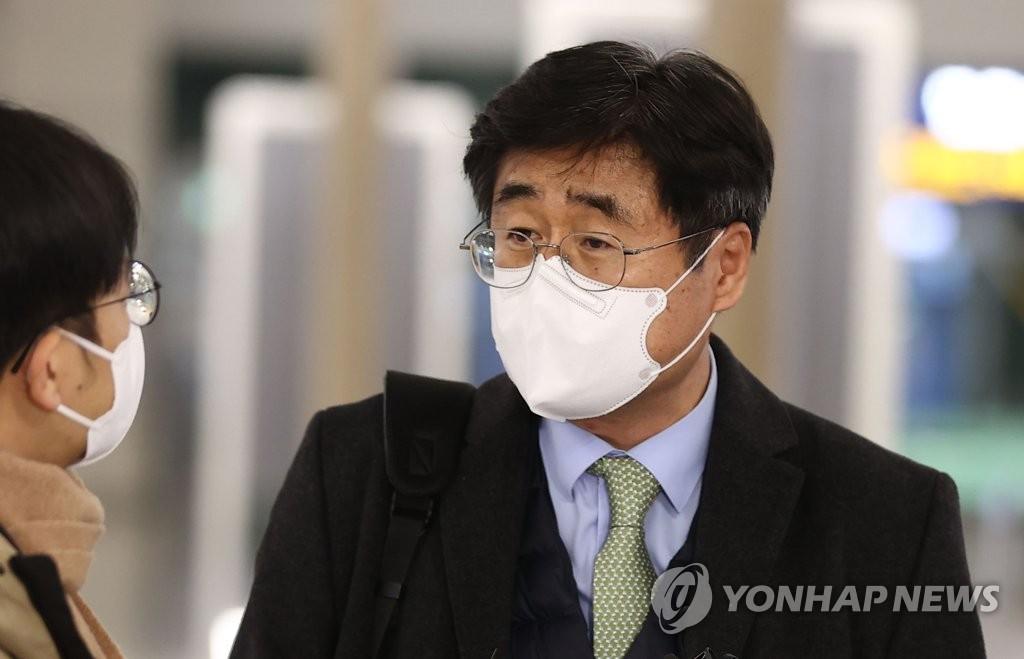 1月6日晚,在仁川国际机场,率韩国代表团前往伊朗的外交部非洲中东局局长高炅锡答记者问。 韩联社