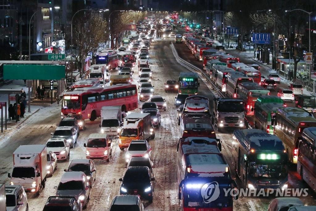 资料图片:1月7日上午,在首尔舍堂地铁站一带,连夜强降雪导致交通严重受阻。 韩联社