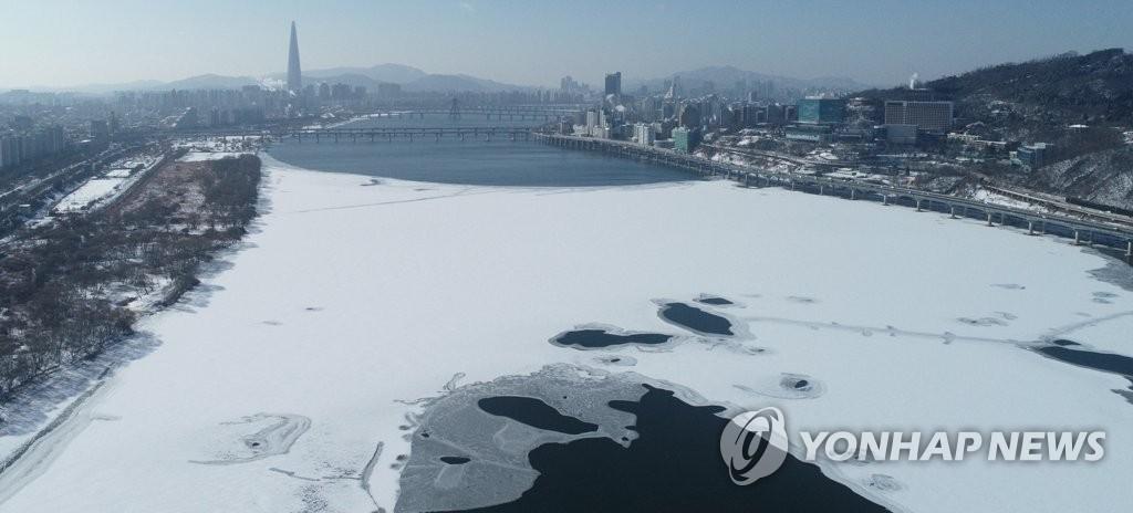 1月7日,在首尔,汉江被层层白雪覆盖。 韩联社