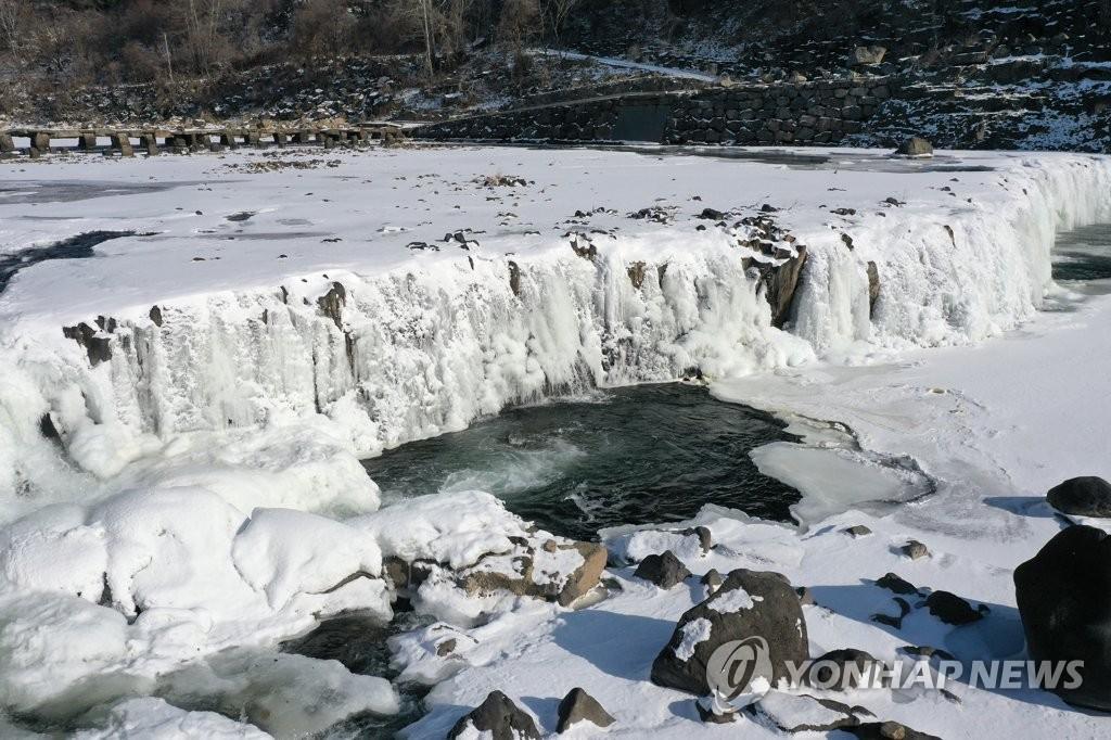 1月7日,在江原道铁原郡汉滩江直汤瀑布,瀑布被冻成一面冰墙。 韩联社