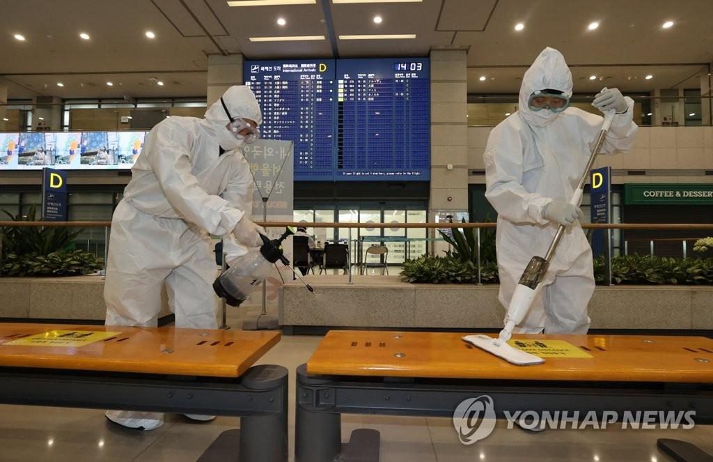资料图片:机场防疫消毒 韩联社
